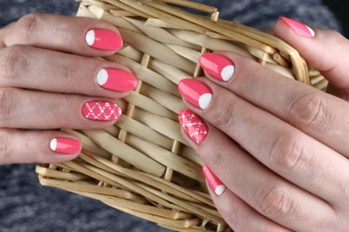 manucure demi lune en corail et blanc, motifs graphiques, ongles ovales, idée nail art
