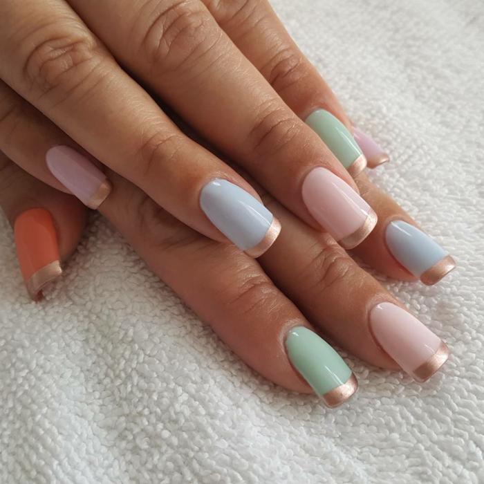french manucure, nail art aux couleurs sucrées, bords dorés, ongles en bleu, rose et orange