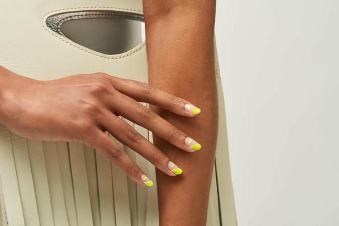 manucure française en jaune et blanc, bord des ongles jaune, ongle ete en couleur acidulée