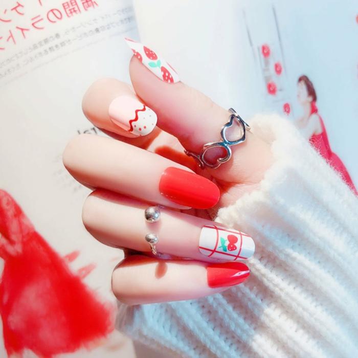 manucure en rouge et blanc, dco ongles été fruits, ongle en gel ete, motifs graphiques, pull blanc, bague phalangue