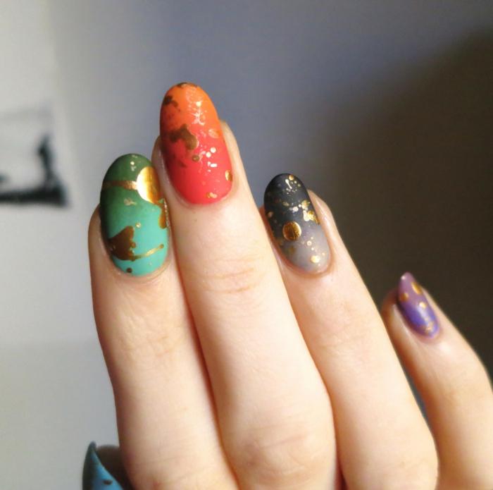 manucure tachée de doré, couleurs captivantes, ongles nail art menthe, corail, gris et lilas