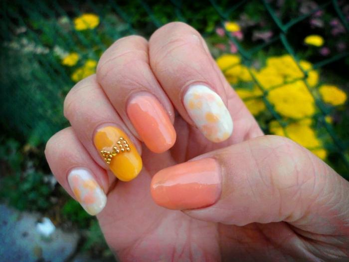 deco ongle ete, ongles blancs, ruban doré, manucure en orange, jaune et blanc