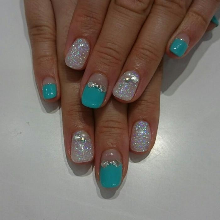 ongles en bleu et blanc perlé, strass, ruban en strass, design été ongles courts