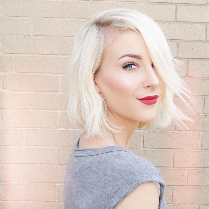 quelle couleur de cheveux pour yeux bleus, exemple de coupe carré mi long de couleur blonde platine tendance 2019