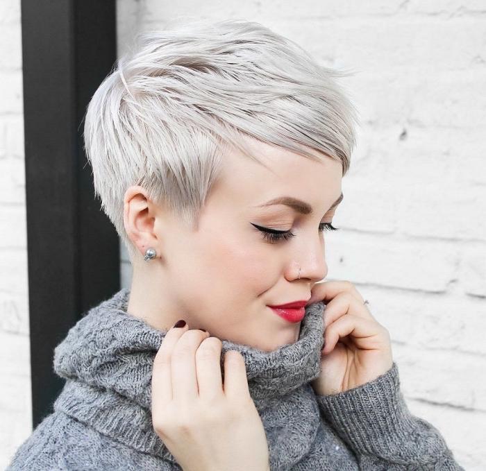 coupe de cheveux courts tendance femme 2019, coupe garçon sur cheveux lisses avec frange de couleur blond platinum