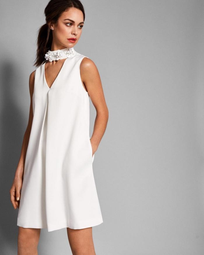 comment bien s'habiller pour une soirée d'été femme, idée robe de soirée blanche courte avec col effet choker floral
