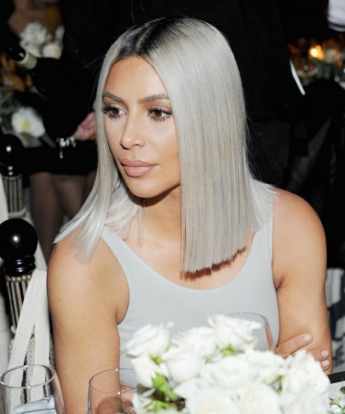 coiffure célébrité de Kim Kardashian avec coupe carré plongeant lisse de couleur blond froid avec racines noires
