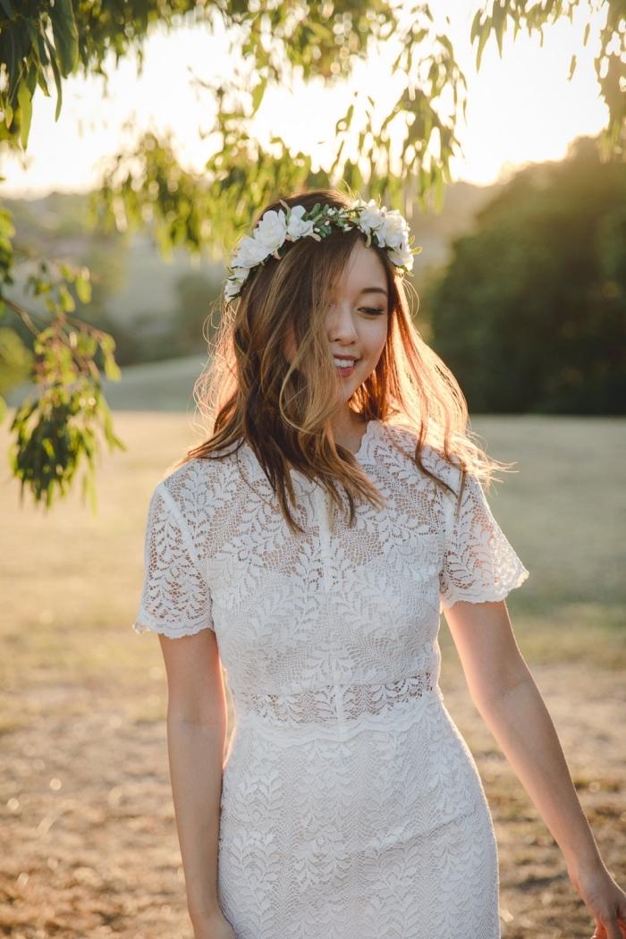 robe de mariée style bohème chic pour été, modèle de robe blanche droite courte aux manches courtes en dentelle florale
