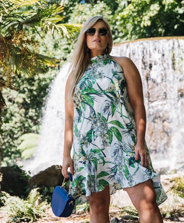 robe d été grande taille femme, robe cocktail grande taille à imprimé fleuri couleur verte, lunettes de soleil tendance