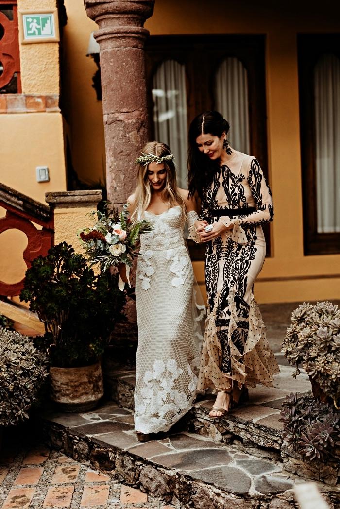 modèle robe mariage champetre pour la mère de la mariée, robe sirène couleur nude à broderies noires et à volants en bas