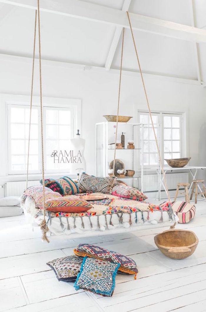 Lit balançoire décoré de coussins berbères, idée deco ethnique chic, style boheme chic, les plus belles villas du monde
