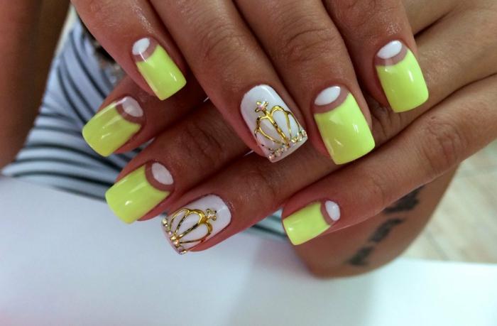 idée nail art jaune et blanc, motif couronne en or, manucure sur ongles carrés, nail art demi lune