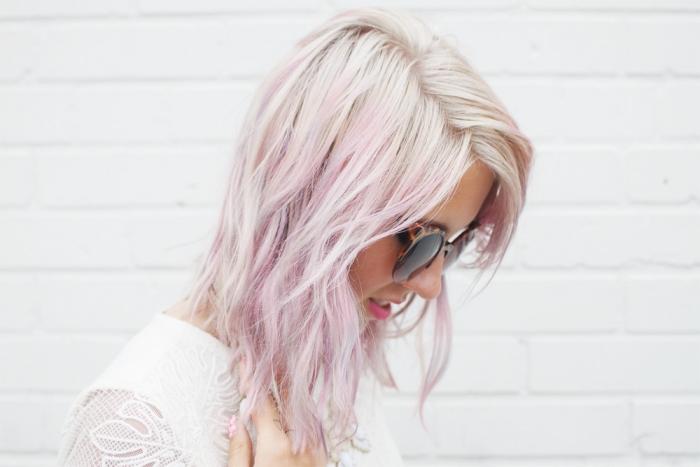 idée coloration tendance 2019 avec mèches colorées, couleur de cheveux blond blanc, patine cheveux blond