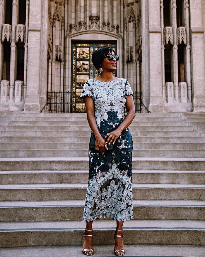 robe habillée pour mariage, robe midi en dentelle à coupe droite assortie avec des sandales métalliques