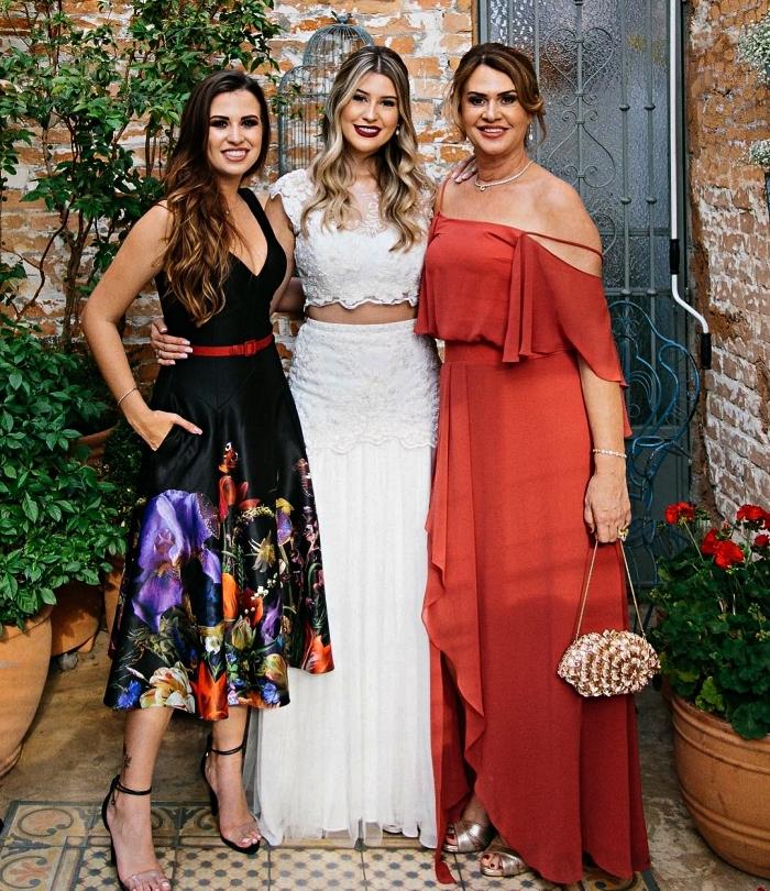 idée de tenue mariage femme 50 ans pour la mère de la mariée, robe longue asymétrique avec haut batdot