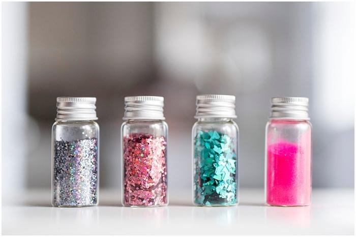 petits contenants en verre remplis de paillettes et poudre glitter, idée activité manuelle 2 ans, recyclage petite bouteille en verre