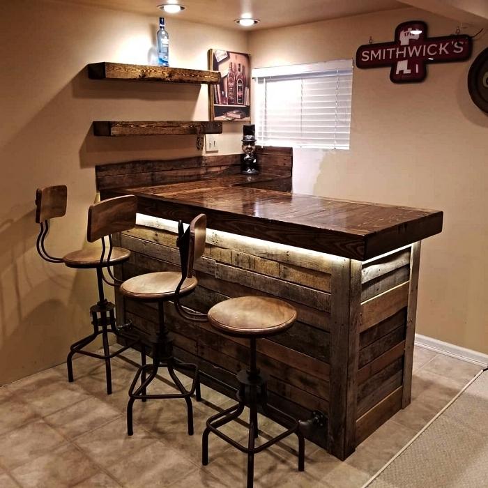 aménagement d'un bar en bois de palette intérieur avec tabourets de bar en bois et métal, coin bar dans le salon ou la cuisine