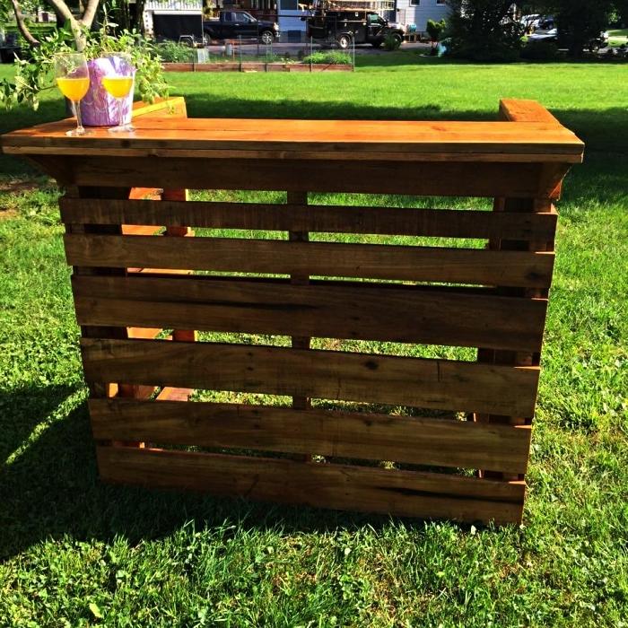 bar en bois de palette pour le jardin ou la véranda, construire un bar à cocktails pour une soirée ou cocktail