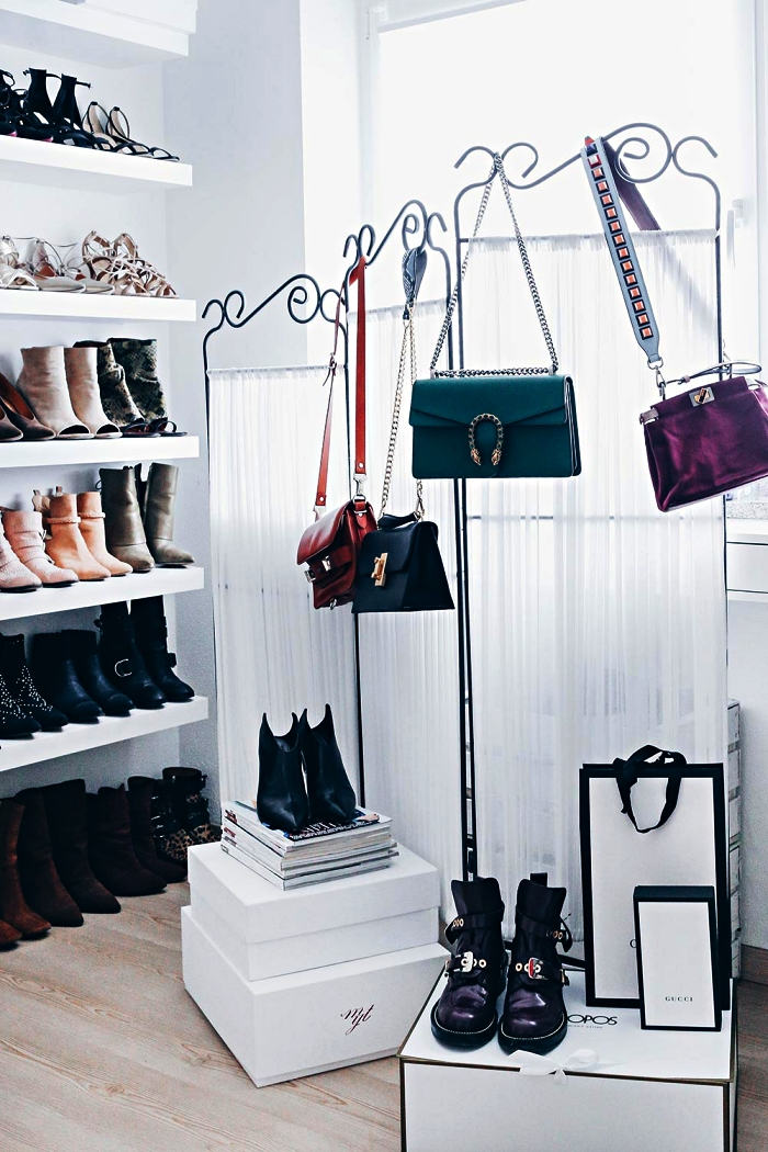 coin dressing dans une chambre à coucher avec etagere a chaussure et penderies, astuces de rangement pour chaussures et accesoires