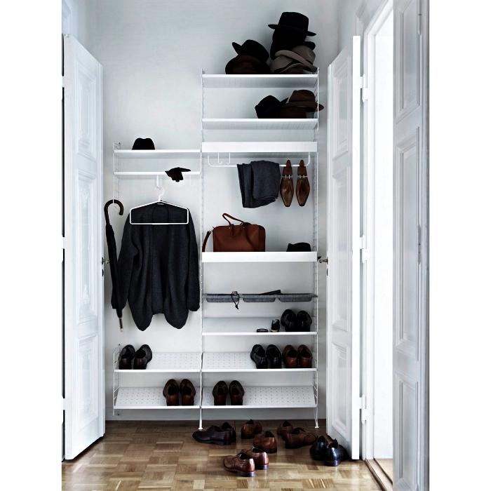 meuble chaussures ikea avec étagères inclinées, meuble à chaussure d'entrée avec penderie et étagères