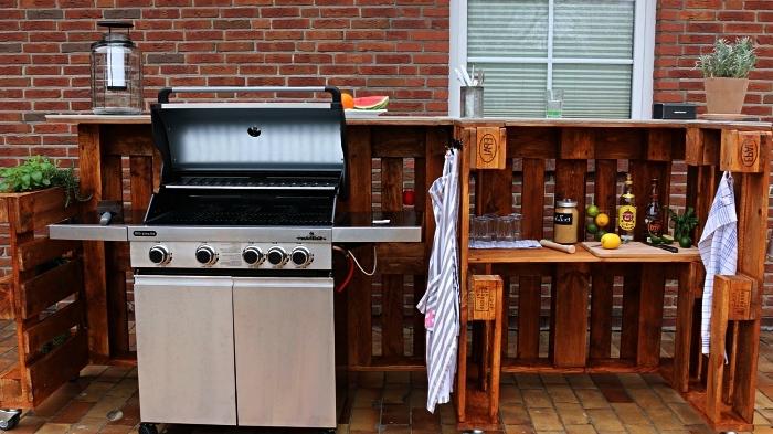 cuisine extérieure avec barbecue et plancha en palette récup,, meuble de jardin en palettes avec étagères