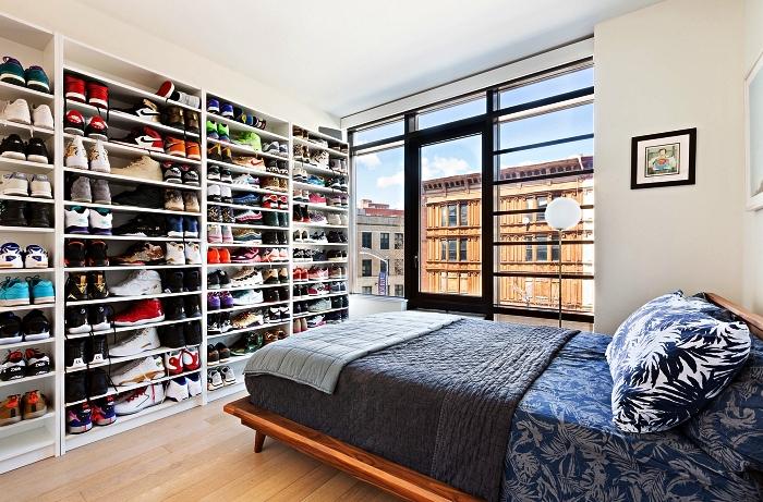 chambre à coucher avec bibliothèque occupant le mur entier pour ranger ses paires de baskets, meuble de rangement chambre à coucher avec étagères