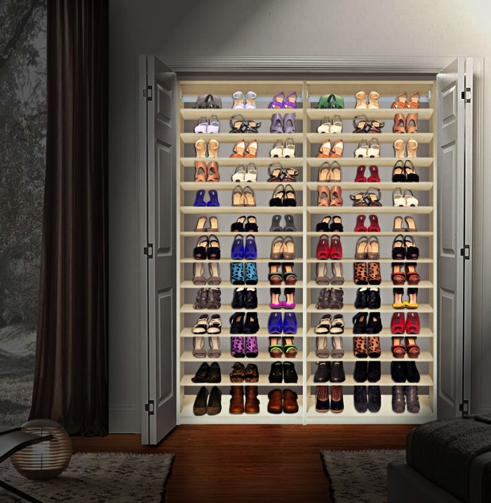 armoire a chaussure aménagée dans un placard déjà existant, placard à chaussures avec éclairage dans une chambre parentale