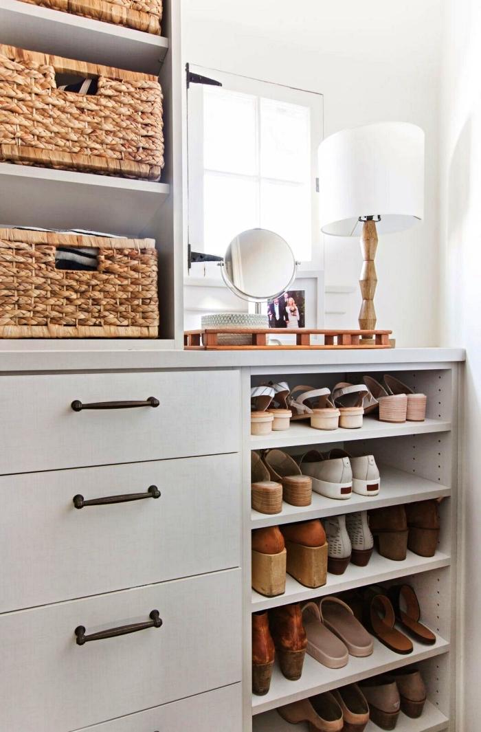 meuble a chaussure semi ouvert avec tiroirs et étagères inclinées, aménager un dressing chaussures dans une chambre à coucher