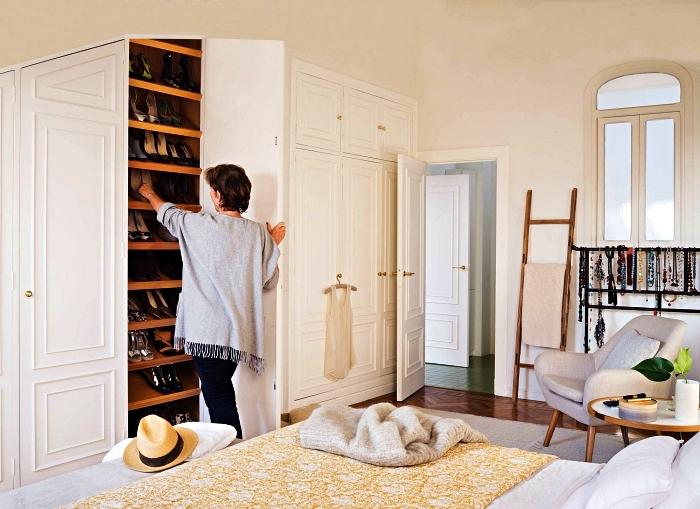 placard a chaussure encastré avec étagères inclinées, rangement à chaussures sur mesure dans une chambre parentale