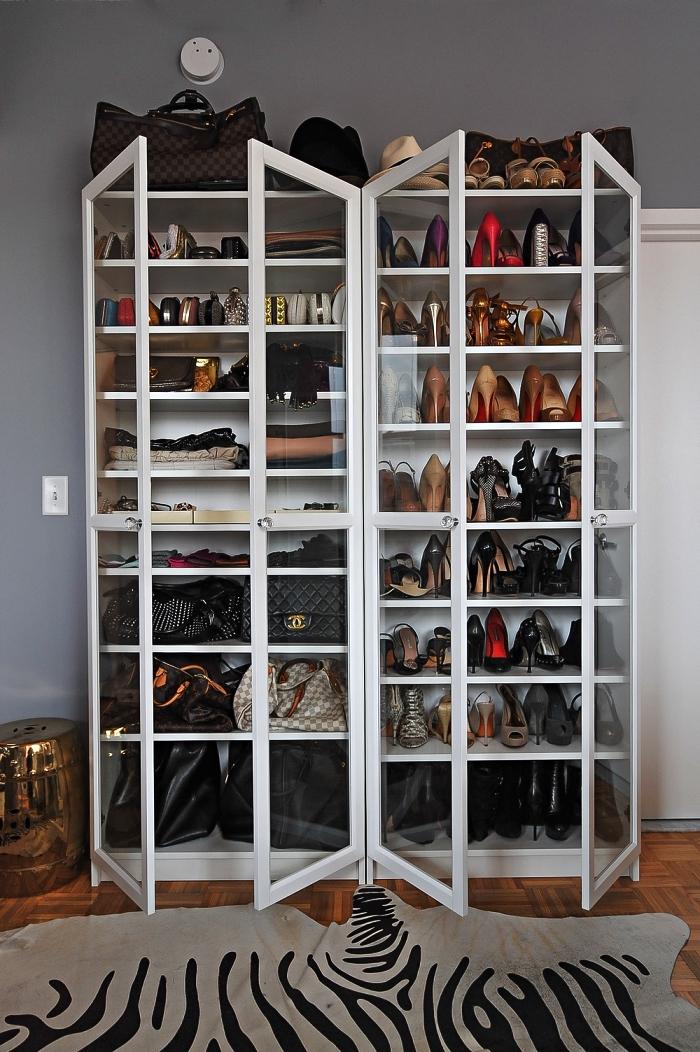 bibliothèque vitrée transformée en meuble a chaussures pratique, aménagement d'un dressing chaussures dans la chambre à coucher