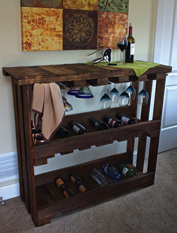 meuble de rangement pour vin en palettes récup, bar de salon en palette avec rangement pour vin et porte-verres