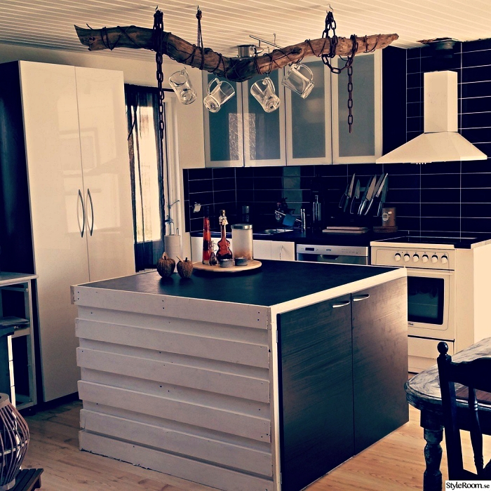 cuisine noire et blanche de style scandinave avec ilot central palette au design moderne à placard intégré