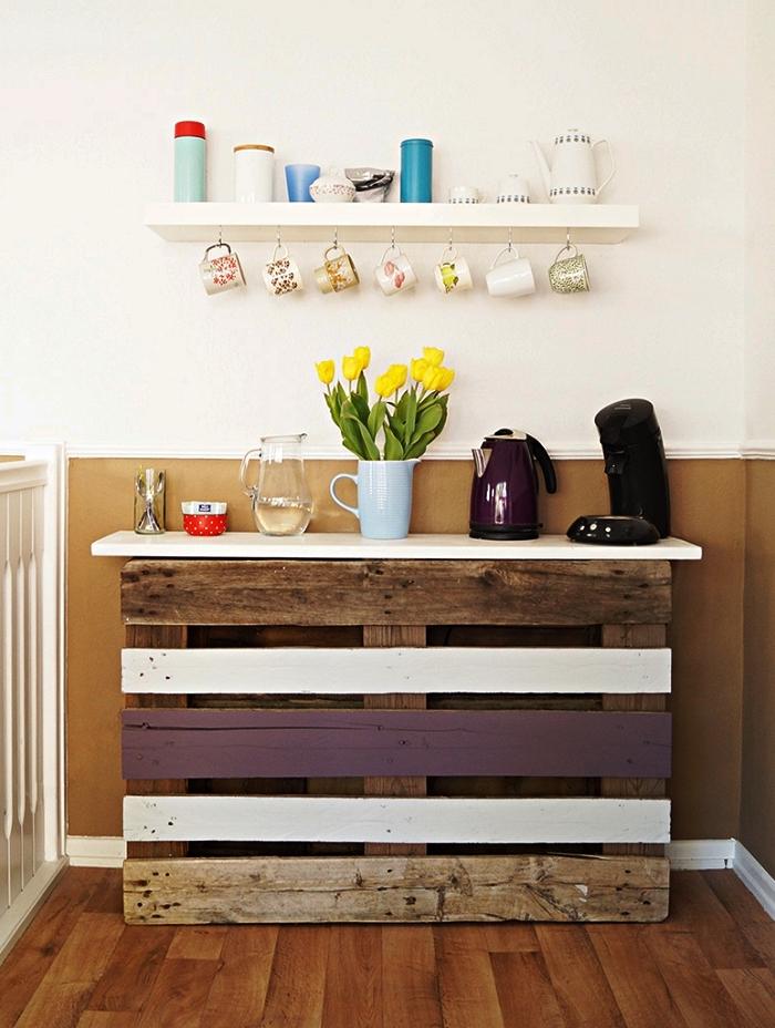 meuble palette bois pour la cuisine, meuble de rangement cuisine à fabriquer soi même, coin café avec palette recyclée, étagère ouverte et porte-tasses