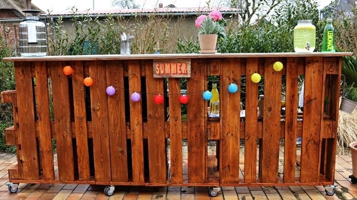 bar en bois de palette mobile avec espace rangement pour bouteilles et verres, fabriquer un meuble de jardin en palette