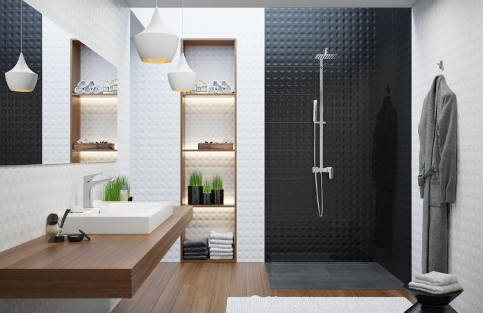 exemple de salle de bain bois et blanc avec pan de mur en carrelage noir, plancher en bois dans la salle de bain