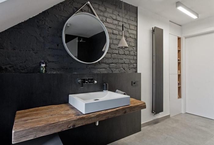 comment aménager une petite salle de bain sous pente, idée salle de bain noir et blanc avec meubles vasque en bois brut