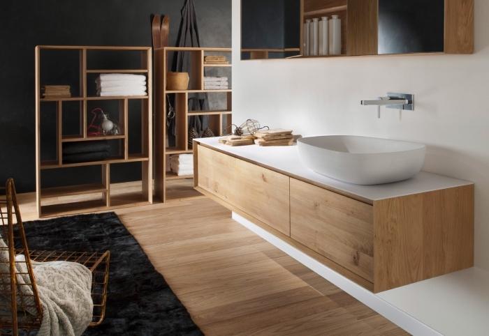 idée salle de bain noir et blanc avec plancher et meuble en bois, idée meuble de rangement serviette et accessoire en bois
