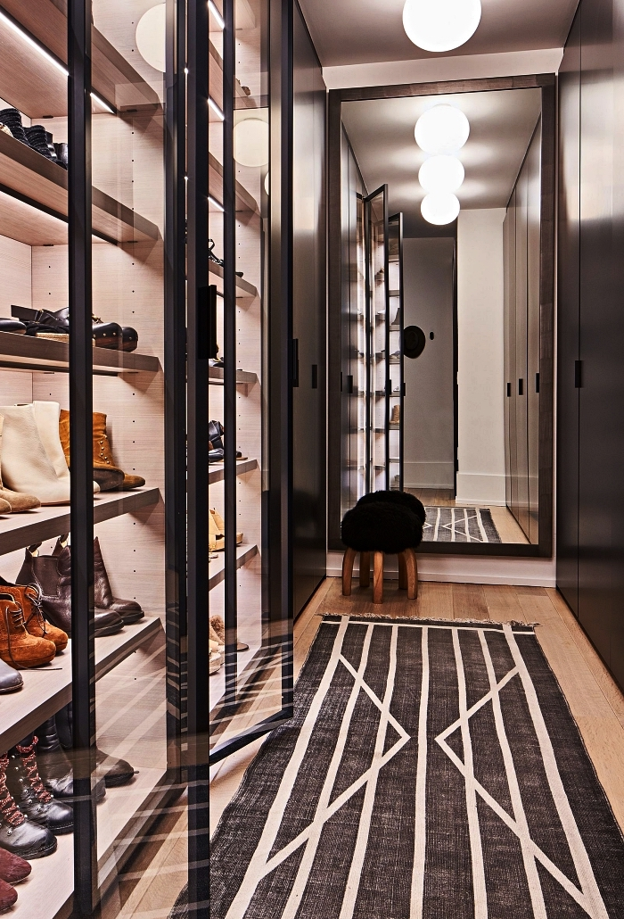 aménagement d'un dressing étroit avec meubles vitrines à chaussures et placard sur mesure, etagere chaussure avec éclairage
