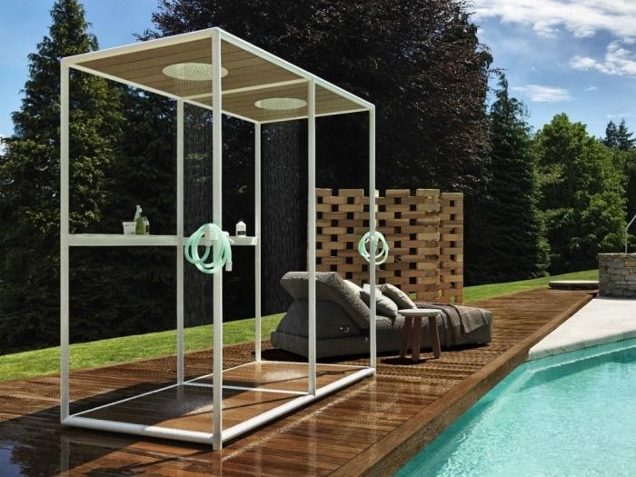 comment aménager une plage de piscine en bois avec douche à effet pluie, modèle de fauteuil de jardin gris foncé