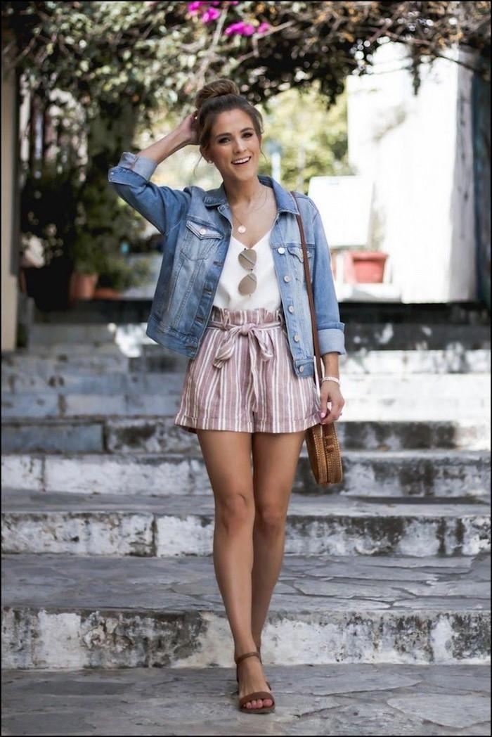 Fille pantalon court rayé, veste jean, look casual, image stylée, vêtements et accessoires stylées