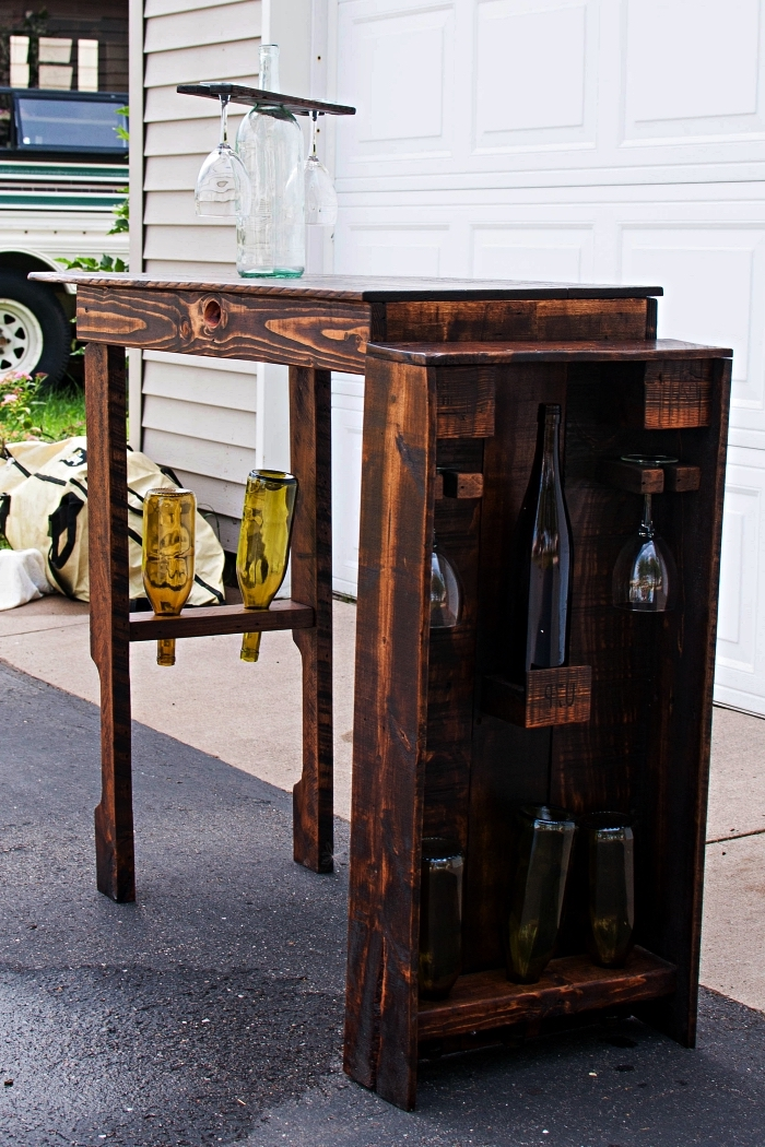 meuble avec palette en bois pour ranger ses bouteilles de vin, mini-bar en bois récup avec porte-verres range-bouteilles