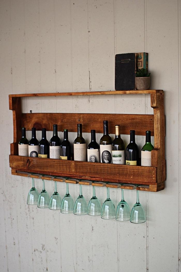 casier à bouteilles de vin avec porte-verres intégré, meuble palette bois pour ranger ses bouteilles de vin