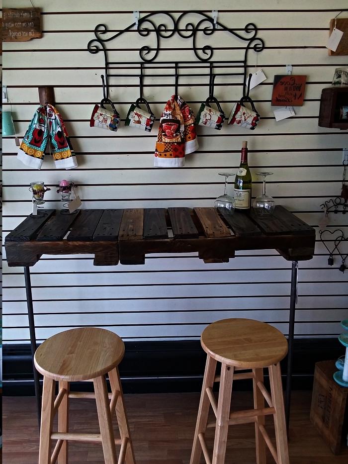 bar en bois de palette et piétement en métal, bar de cuisine mange-debout avec tabourets de bar en bois clair
