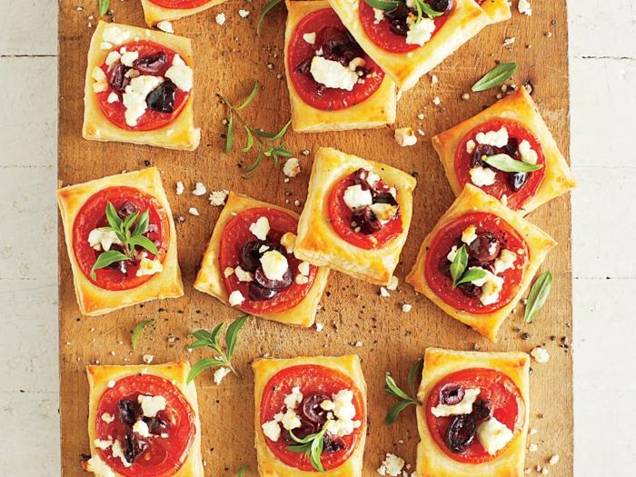 mini pizzas appétissantes, fromage, rondin de tomate, olives, bouchées salées, amuses bouches originaux