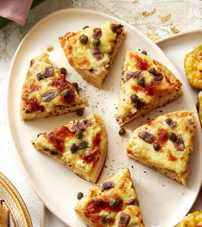 morceaux de pizza triangulaires, caperses, mozzarellas, sauce de tomate, recette apero dinatoire