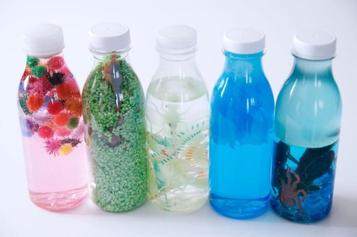 modèles de bouteilles sensorielles DIY, avec quoi remplir une bouteille en plastique, idée bouteille remplie de riz vert