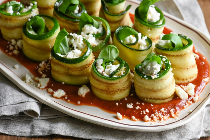 rouleaux de féta en tranches de courgettes, fromage de féta, sauce tomate, recette apero dinatoire