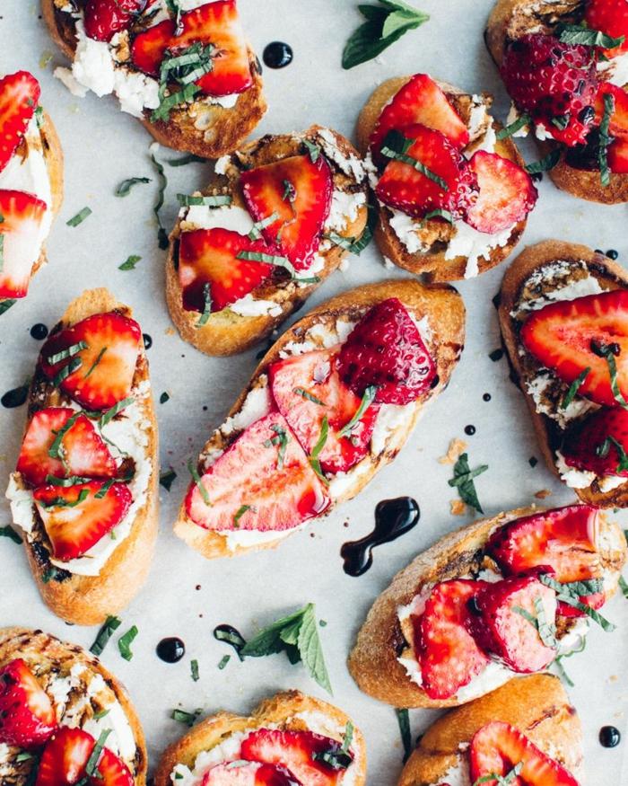 toast apero aux fraises avec du fromage ricota et reductiond e vinaigre de balsamique et menthe fraiche