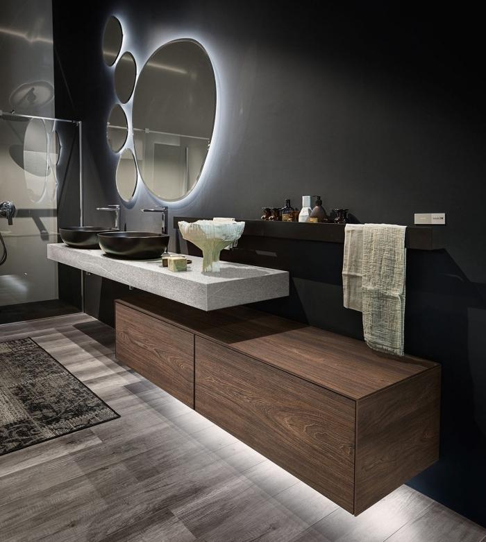 idée salle de bain noire à design moderne avec plancher bois gris, idée rangement mural salle de bain avec étagère noire
