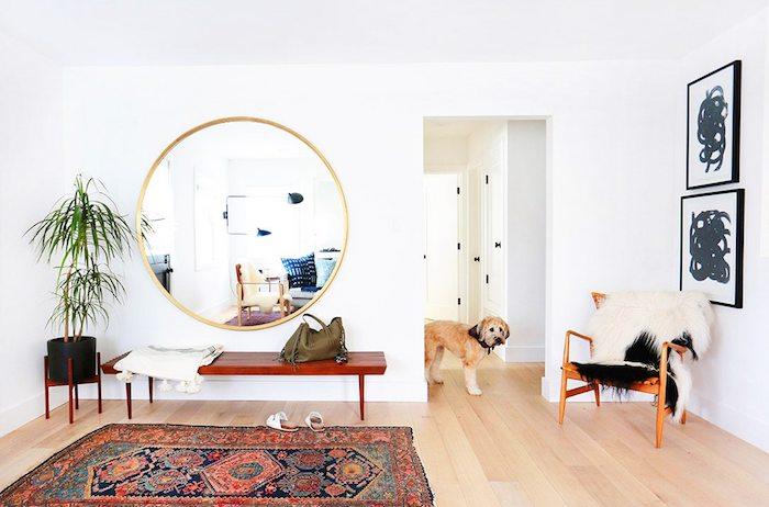 Chien adorable, miroir ronde géante, tapis berbere, déco berbère, chambre deco ethnique chic, palmier décorative plante verte